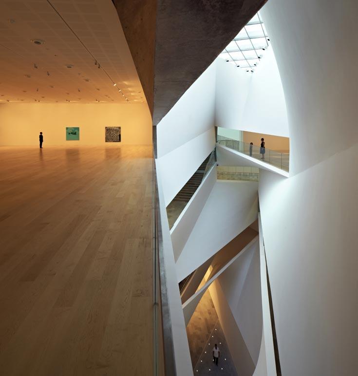 הכינוי ''מפל אור'' מתייחס לקרני האור שנשפכות מלמעלה ומהוות מרכיב מארגן שמחולל את כל מערך התנועה בהיקפו של הבניין (צילום: עמית גרון)
