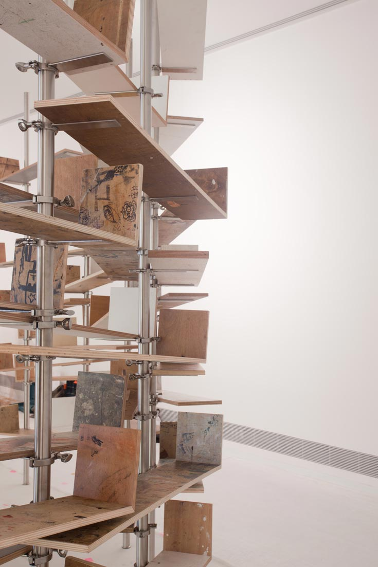 מתוך תערוכתו של המעצב חנן דה לנגה, שתיפתח ב-2 בנובמבר עם חנוכת האגף החדש.  שני מעגלים של ספריות (צילום: עמית גרון)