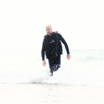 דורון רבינא. ''יוצא בסערה מתוך המים בחליפת צלילה'' (צילום: נועה יפה)