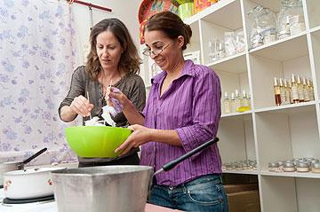 מכינים סבון אישי באלת הערבה (צילום: עדי אדר)