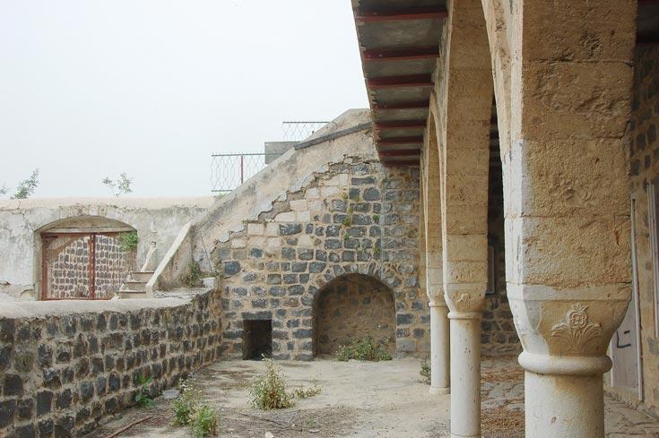 סגנון הבנייה המיוחד נועד להגנה במקרה של תקיפת היישוב. שכונה משוחזרת בכפר (צילום: עדי אדר)