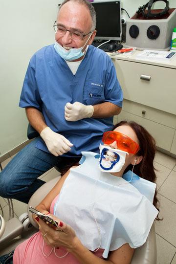 החולה מתבדחת עם רופאיה (צילום: ענבל מרמרי)
