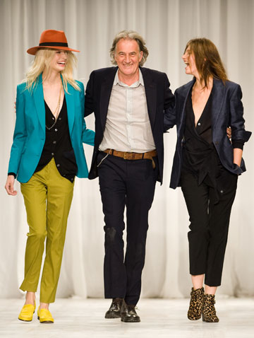 פול סמית ודוגמניות בסיום תצוגת האופנה שלו. יודע לשחק עם הגבול בין נשיות לגבריות (צילום: gettyimages)