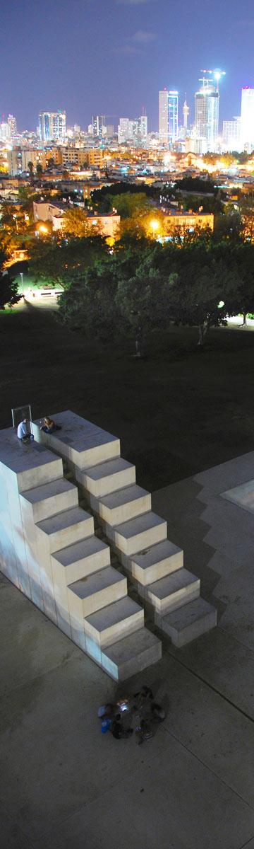 גם פארק וולפסון במזרח תל אביב, עם עבודתו של דני קרוון (צילום: אבי לוי)