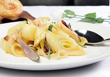 ירקות צלויים ביין לבן (צילום: עמי סיאנו, סגנון: שניר שרוני)