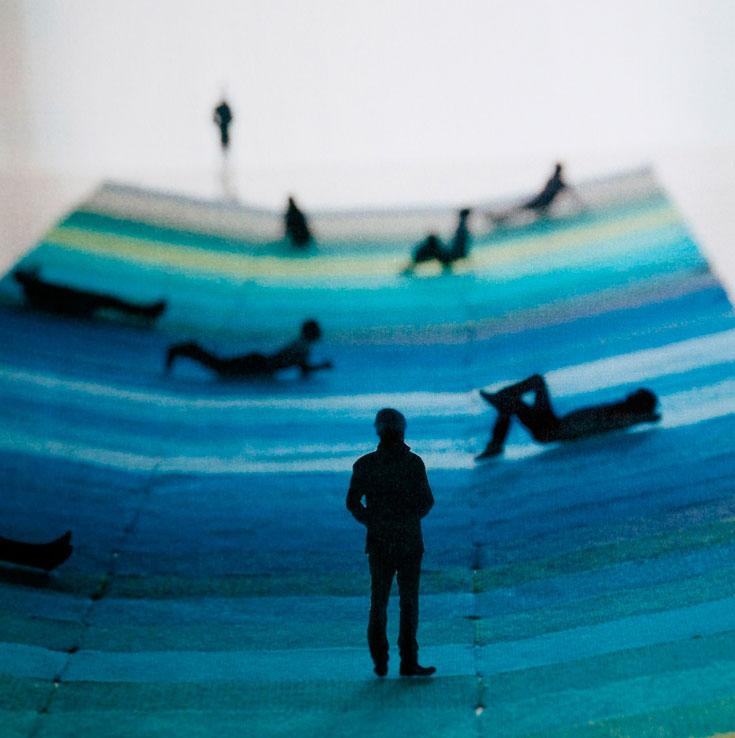 ''שטיח טקסטיל'' של האחים בורולק, בגלריית רפאל במוזיאון ויקטוריה ואלברט. השטיח העצום נפרש על רצפת הגלריה