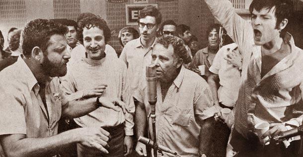 """בהקלטת """"תנו צ'אנס לשלום"""", עם בומבה צור, ישראל גוריון ואורי זהר (באדיבות להיטון)"""
