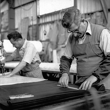 עובדים במפעל, 1962 (צילום: אנה ריבקין בריק 1962, באדיבות ארכיון ציוני מרכזי)