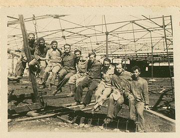 צוות מקימי המפעל, 1935 (צילום: אוסף יונתן ורחל מולר)