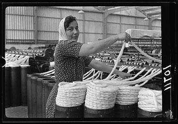 """""""הנדל""""ן כבר תפוס ותעשיית הטקסטיל בישראל כבר מתה. אז מה הם רוצים להחיות? את הבגדים מפעם?"""" אומר יונתן מולר, בנו של מייסד אתא (צילום: מתוך אוסף מטסון ספריית הקונגרס וושינגטון)"""