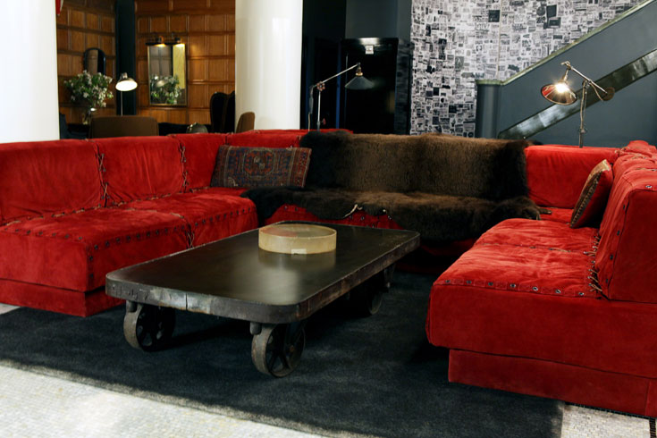 ספות הלובי. רהיטים רבים הם משנות ה-70, ושופצו במיוחד למלון (צילום: Douglas Lyle Thompson)