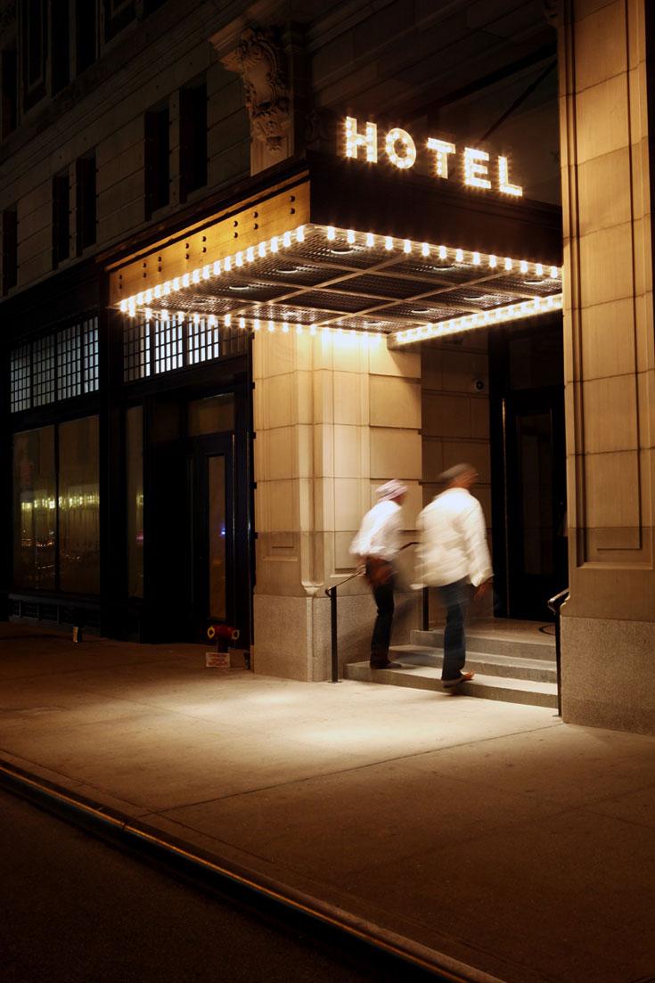הכניסה ל-Ace. מיקום מעולה ומחירים לא יקרים, יחסית למנהטן (צילום: Douglas Lyle Thompson)