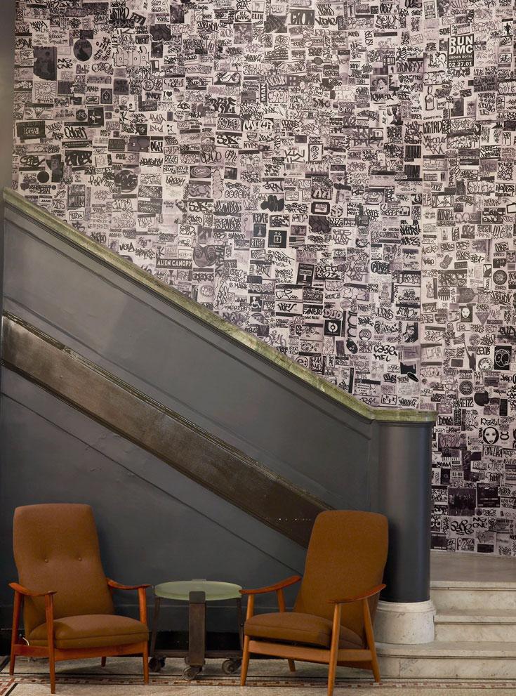 גרם מדרגות מוביל לקומת הביניים, אלפי הגלויות על הקיר יוצרות כמו גרפיטי ענק (צילום: ace hotel)