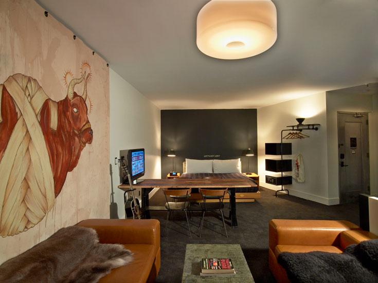 בחדר דה-לוקס תמצאו שולחן אוכל / עבודה, עבודה של אמן מקומי, ומערכת אודיו משובחת (צילום: ace hotel)