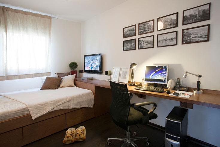 חדר השינה הוא גם חדר העבודה. רהיט מתפתל שהוא שולחן עבודה המחובר למיטה ונפגש עם ארון הבגדים (צילום: גידי בועז)