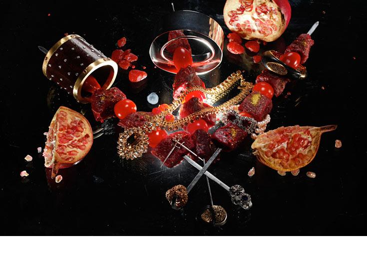 שיפודי שייטל עם עגבניות שרי (לקבלת המתכון, לחצו על התמונה). צמידים – בועז קאשי, נוריתמי, תכשיטי מילר, קרן וולף; טבעות – בועז קאשי, תכשיטי ולרי; עגילי חרב, רובי סטאר; שרשרת, ליטל קלמנסון (צילום: כפיר זיו )