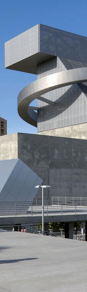 תיכון לאמנויות מס' 9 בלוס אנג'לס. מנסה לתפוס מקום בין האייקונים האדריכליים מסביבו (צילום: Duccio Malagamba)
