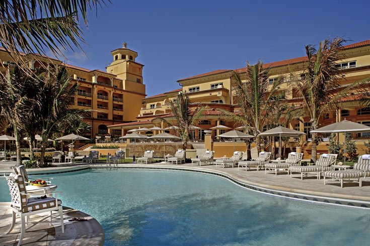 אחת הבריכות החדשות במלון. לפני החידוש היתה בו בריכה אחת, שלא השקיפה לים (צילום:  Ritz Carlton Hotel)