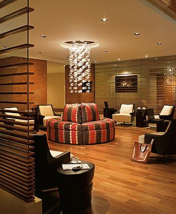 """""""חדר העסקים"""" בלוק גברי של אדום ושחור (צילום: Ritz Carlton Hotel)"""