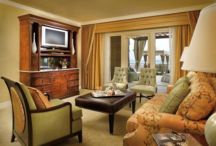 סוויטה ''רגילה'': כורסאות ירוקות, שולחן מעור חום (צילום: Ritz Carlton Hotel)