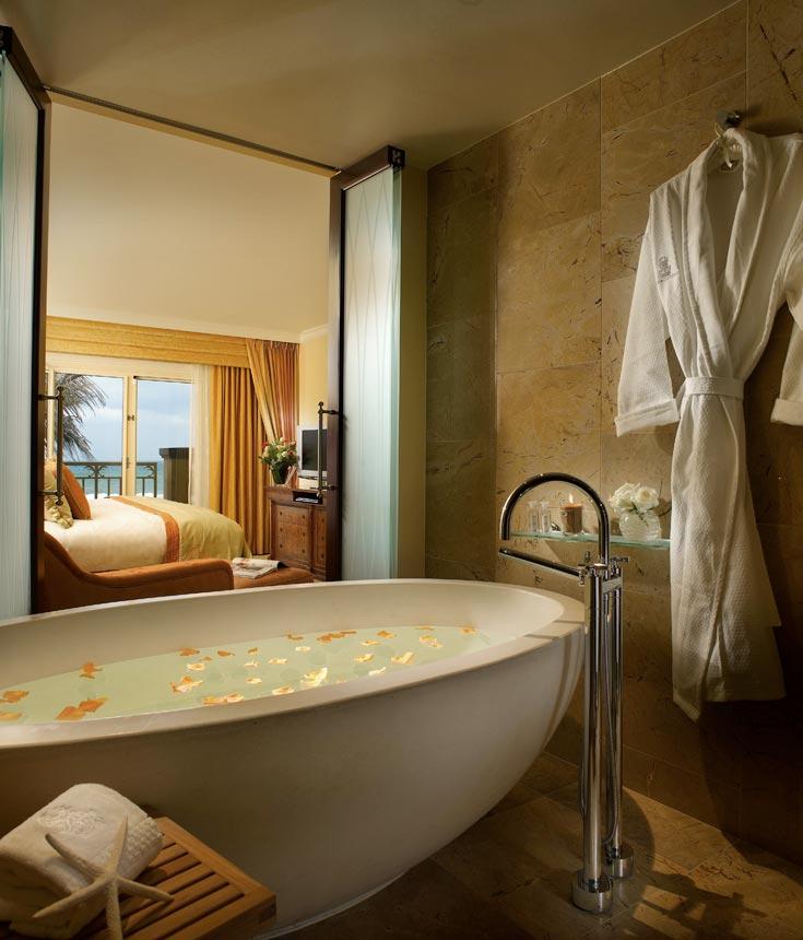 אמבטיה על במה בכל החדרים. יפה, אבל הכניסה אליה והיציאה ממנה כרוכה בחירוף נפש (צילום: Ritz Carlton Hotel)