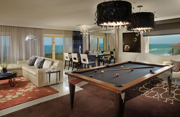"""שולחן ביליארד, אהילים מצופים נוצות שחורות ורצפת שיש אפורה ומבריקה: """"החלק הגברי"""" בסוויטה הנשיאותית (צילום: Ritz Carlton Hotel)"""