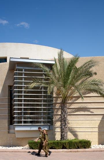 החלון הגדול שמאיר את המבואה (צילום: טל ניסים)
