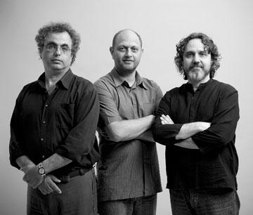 השותפים בסטיו אדריכלים: יפתח יששכרוב (משמאל), איתי שמוטר ודניאל אזרד (צילום: עמית גרון)