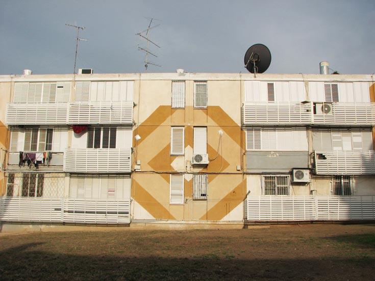 מפעל הדיור הציבורי בשכונת עמיגור, סמל למפעל הדיור הציבורי (צילום: מיכאל יעקובסון)