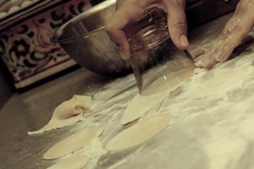 קורצים את הבצק עם כוס... (צילום: יוחי מנדיל)