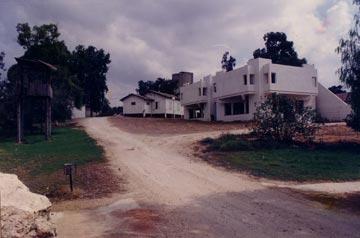 בית הנעורים בקיבוץ חולדה בתכנונו של רם כרמי. כל המבנים שלו, למעשה, הם מבצרים (צילום: באדיבות ארכיון קיבוץ חולדה)