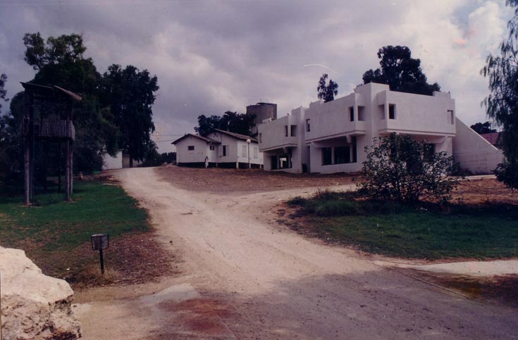 """בית הנעורים, המכונה בפי התושבים """"הפיל הלבן""""', בצילום מ-1984. החדרים היו קטנים מדי למגורים, והבניין ננטש עד מהרה (צילום: באדיבות ארכיון קיבוץ חולדה)"""