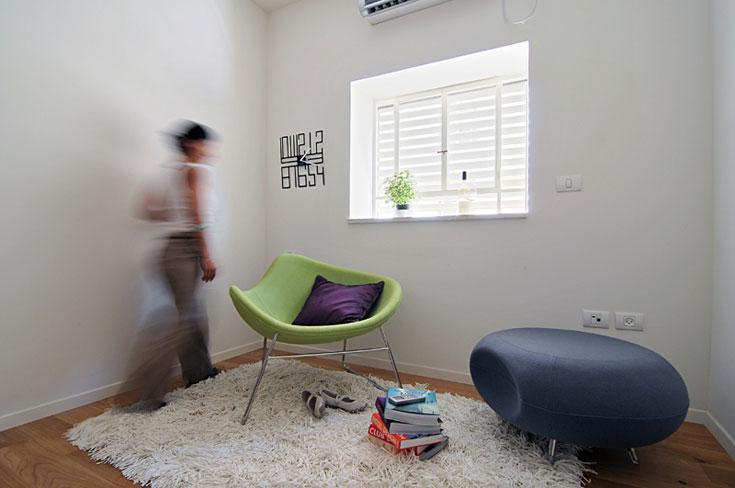 חדר השינה נהנה מחלונות מוגדלים שמציפים אותו באור, ואדן החלון משמש כמדף דקורטיבי (צילום: שי אדם)