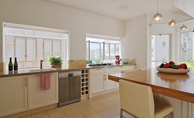 בדירה הישנה היה חלון אחד במטבח והשני במזווה. במהלך השיפוץ אוחד המטבח עם המזווה, החלונות הותאמו בגובה - והתקבל מטבח גדול, מואר ובהיר  (צילום: שי אדם)
