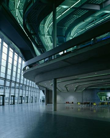 מטה BMW בלייפציג. מבנה עתידני שמבטל מחיצות בין בכירים לזוטרים (צילום: Helene Binet)