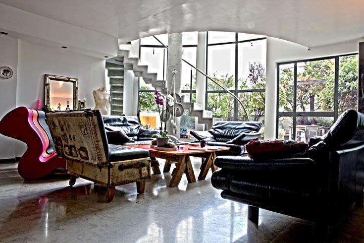 הסלון בביתה של פרייליך בפתח תקווה (צילום: עמי סיאנו)