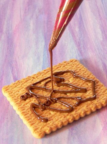 אם נשאר שוקולד - תנו לילדים לקשט ביסקוויטים (צילום: מרילין איילון)