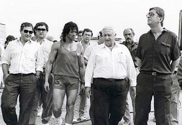 הסתחבק עם רמבו. אריאל שרון וסילבסטר סטאלון (צילום: יוני המנחם)