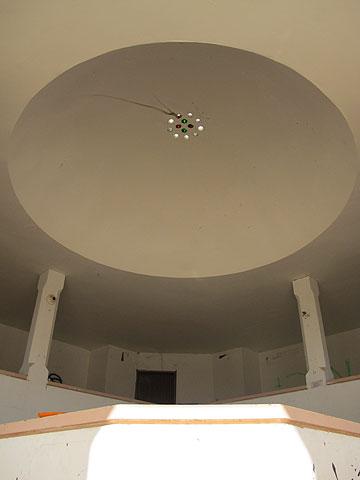 הכיפה תוכננה לחדירת אור טבעי בתוך בית הנעורים (צילום: מיכאל יעקובסון)