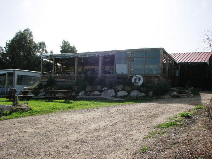 """המסעדה בטל שחר, סמוך ל""""שביל העזים"""". הנוף מסביב מרהיב וניתן גם להצטייד בגבינות  (צילום: מיכאל יעקובסון)"""