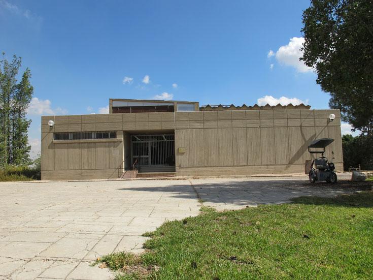 מבנה הארכיון. נחנך ב-1980 ותוכנן כארכיון איחוד הקבוצות והקיבוצים. בינתיים הארכיון עבר לרמת אפעל, וכיום המבנה בחולדה מארח את ארכיון תנועת גורדוניה-מכבי הצעיר (צילום: מיכאל יעקובסון)