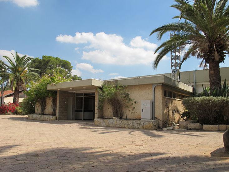 חדר האוכל הוקם ב-1976 - תקופת השיא של הקיבוץ. היום, בדומה למבנים רבים אחרים כאן, הוא נטוש (צילום: מיכאל יעקובסון)