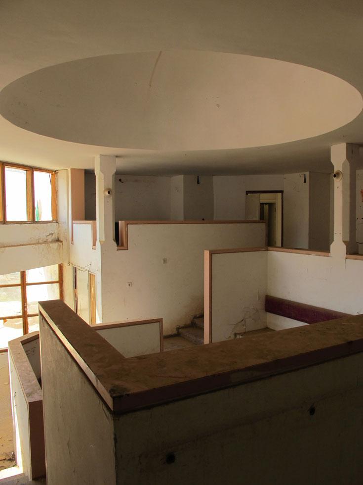 האולם המרכזי בבית הנעורים הישן כלל פינות ישיבה קבוצתיות, אך נוחותם של הנערים והנערות נשכחה (צילום: מיכאל יעקובסון)