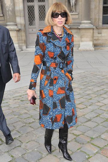 אנה ווינטור מגיעה לתצוגת האופנה של לואי ויטון במעיל של ברברי. מקבלת את הבגדים היישר מהמסלול (צילום: gettyimages)