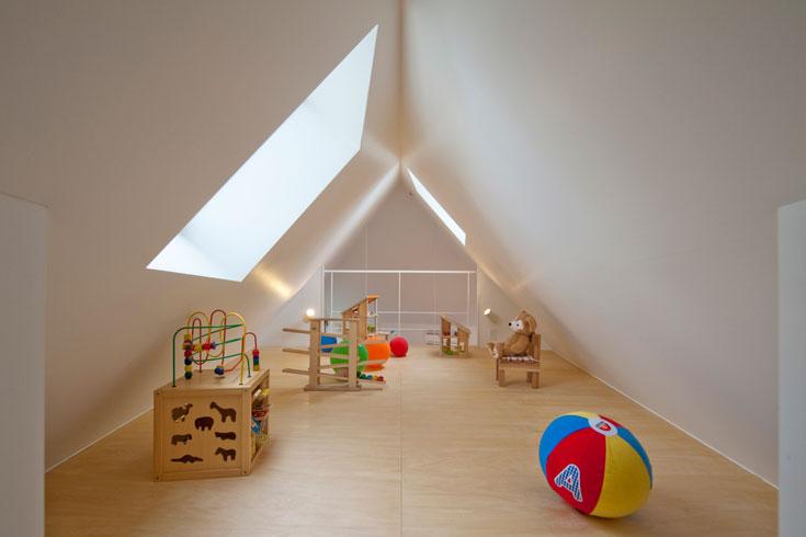 הבנייה היפנית הצפופה מסתירה את האור. האדריכל יצר פתחים בגג כדי להחדיר אור טבעי. החדר הקטן שמצפה לתינוקת (צילום: Hiroshi Tanigawa)