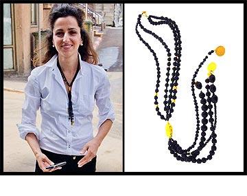 דורין אטיאס מפרגנת למנחת הטלוויזיה ומעצבת התכשיטים טל מן עם שרשרת מתוך הליין שלה Elements by Tal Man (מחיר: 3,922 שקל)