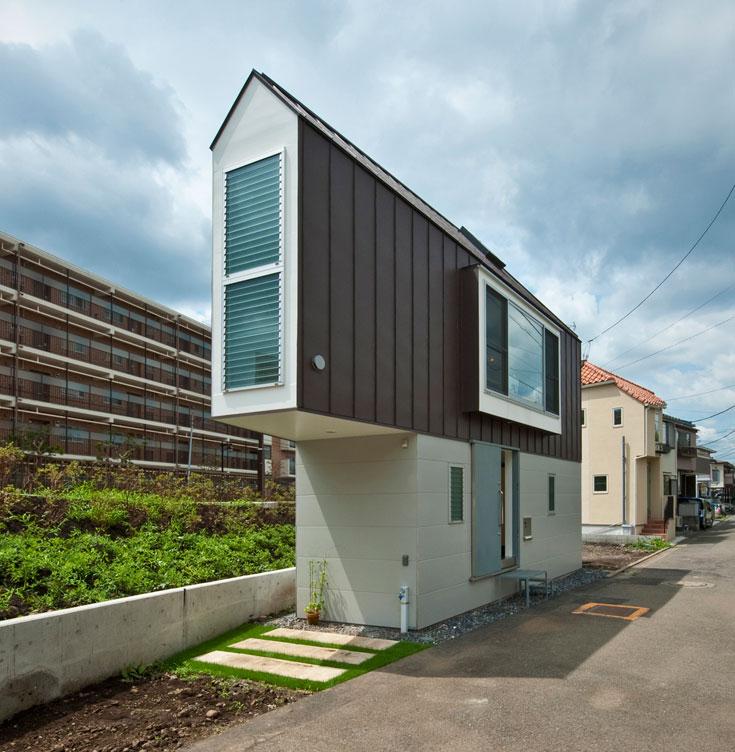 בנוסף לשאר הבעיות, מדובר במגרש משולש. האדריכל הקים עליו בניין בן שתי קומות  (צילום: Hiroshi Tanigawa)