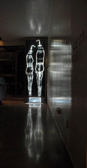 עבודתה של פרייליך, ''כותנות אור'' (צילום: אורית פרייליך)