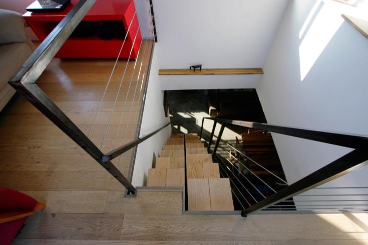 המדרגות לגג. ''במקרים דומים מתכננים לרוב סולם מדרגות, או מדרגות ספינה, אולם חסרונם הוא שהם תלולים מאוד. אצלנו אין בעיה לעלות במדרגות עם מגש שעליו כוסות, צריך רק להתחיל ברגל הנכונה'', אומר קופרשטוק (צילום: גיא יצחקי)