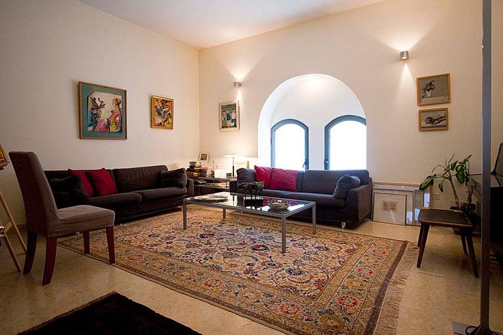 הפתחים המקוריים והמעוגלים של הבית הושארו כמות שהם בסלון (צילום: גיא יצחקי)